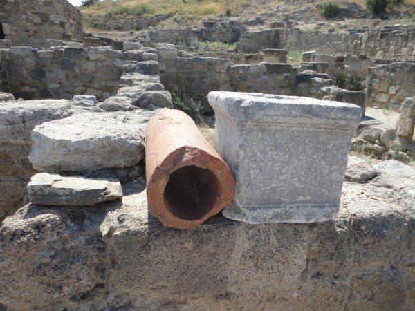 Раскопки на греческом острове Родос. Слева - фрагмент сточной системы.