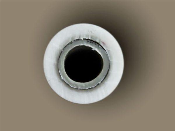 Расслоение полимерной и алюминиевой оболочек.