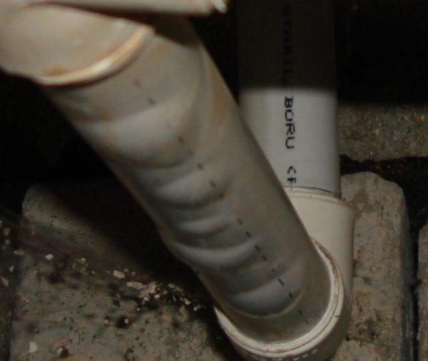 Расслоение трубы вследствие разрушения армирующего слоя.