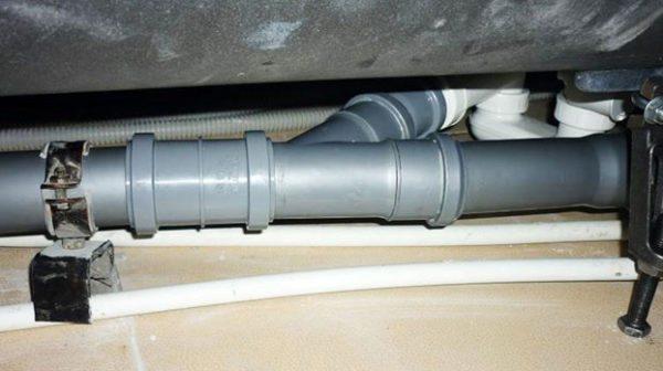 Раструбы пластиковой канализации могут потечь, если ей давно не пользовались.