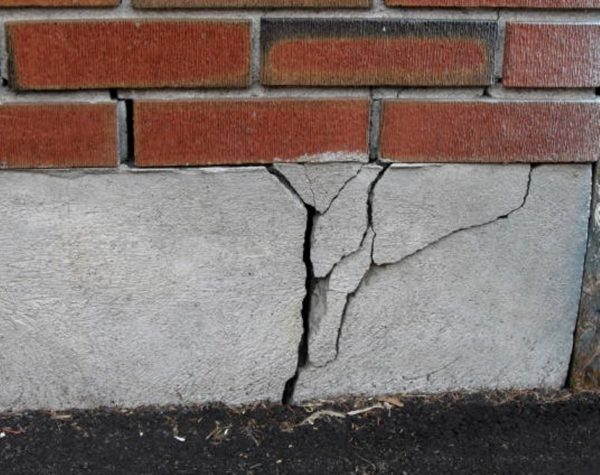 Разрушение фундамента вследствие капиллярного проникновения влаги в структуру строительных материалов