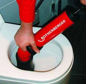 Решая эту задачу, чем прочистить унитаз, не забудьте и о современных инструментах прочистки на основе использования вакуума, как в шприцах