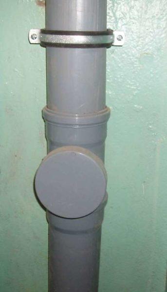 Ревизия для прочистки засоров на пластиковом канализационном стояке.