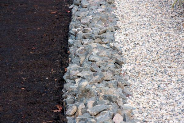 Щебневая засыпка поверх дрен может служить элементом ландшафтного дизайна