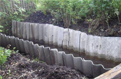 Шифер позволяет исключить сползание грунта в большие каналы