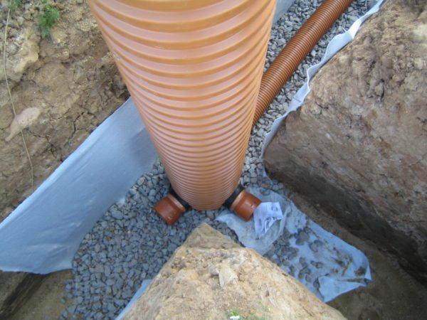 Смотровой колодец на участке пересечения дренажных труб