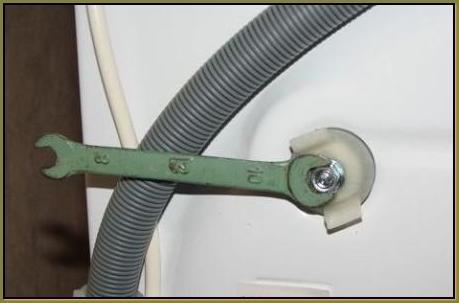Снятие транспортировочного ремболта ключом на 10 мм.