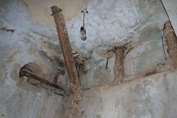 Соединение канализационного трапа со стояком выполнено косым тройником.