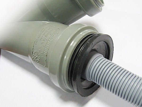Соединения колен и гофр с канализацией должны быть герметичными.