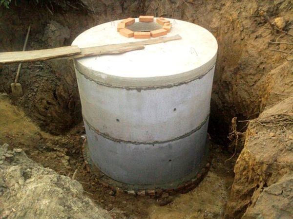 Сооружение из бетонных колец на кирпичном фундаменте