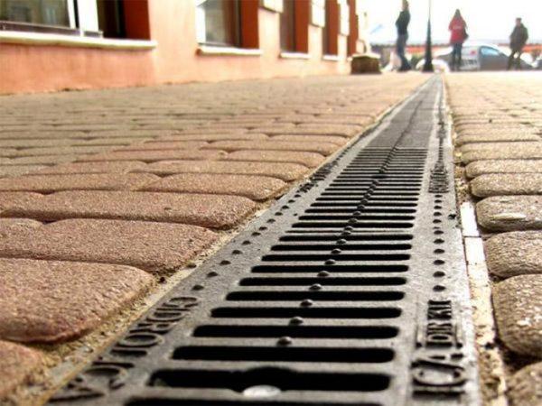 Стильная решетка украшает тротуар