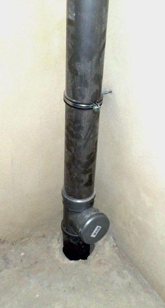 Стояк из полиэтиленовой канализационной трубы легко узнать по черному цвету пластика.