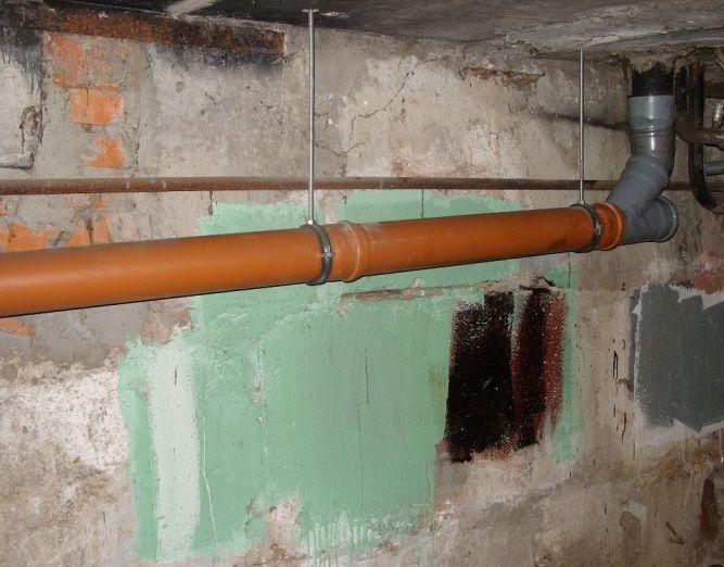 Стояк подключен к лежневке косым тройником.