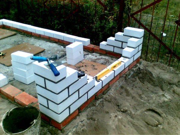 Строительство туалета из кирпича