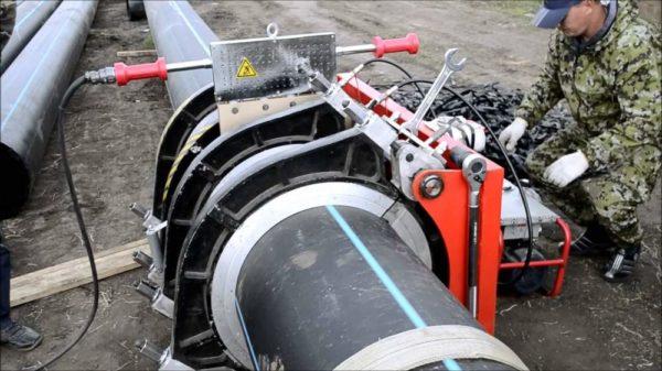 Сварка труб большого диаметра полностью механизирована.