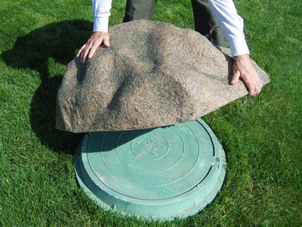 Таким пластиковым «камнем» можно замаскировать крышку септика