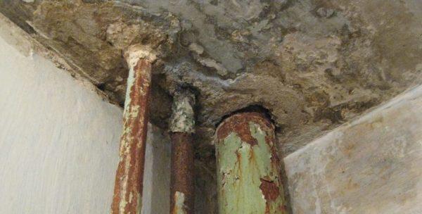 Течь стояков в перекрытии. Вероятная причина - трещина канализационного тройника.