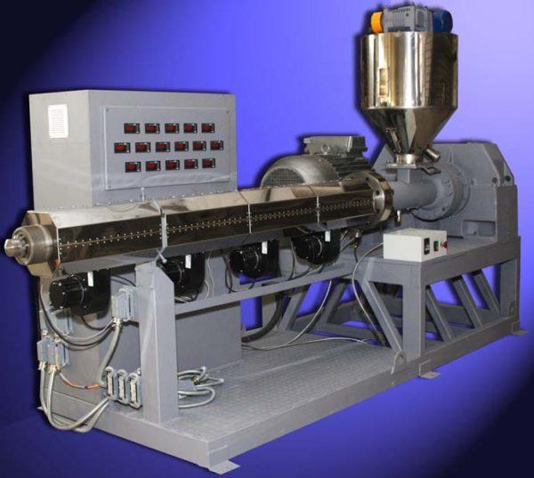 Термопластичность полимера используется при производстве труб. Экструдер продавливает размягченный пластик через кольцевое отверстие.