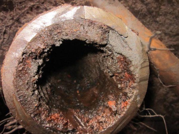 Типичное состояние стальной водопроводной трубы через 20 лет эксплуатации.