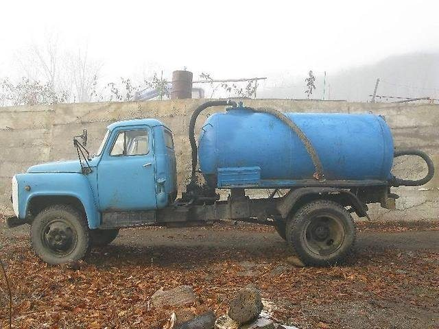 Типичный объем цистерны на базе автомобилей ГАЗ и ЗИЛ - 4 куба.