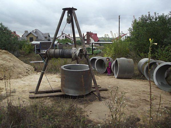 Тренога с ручной лебедкой для установки бетонных колец в котлован.