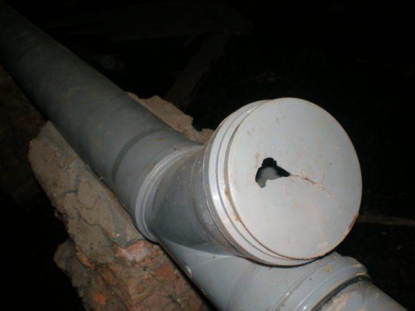 Тройник для прочистки канализационной лежневки.