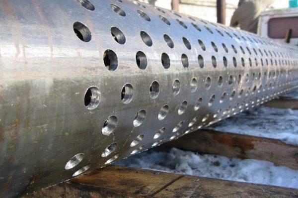 Труба для скважины дополнительно прикрывается мелкой металлической сеткой