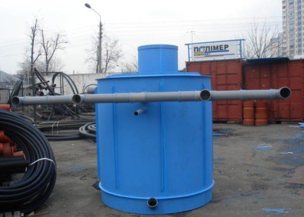 Труба заводится в вырезанное в стенке бака отверстие, после чего соединение герметизируется силиконом.