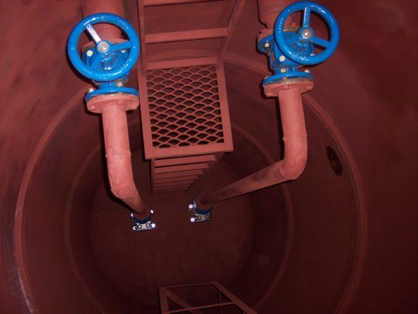 Трубы, ведущие к канализационному оборудованию погружного типа