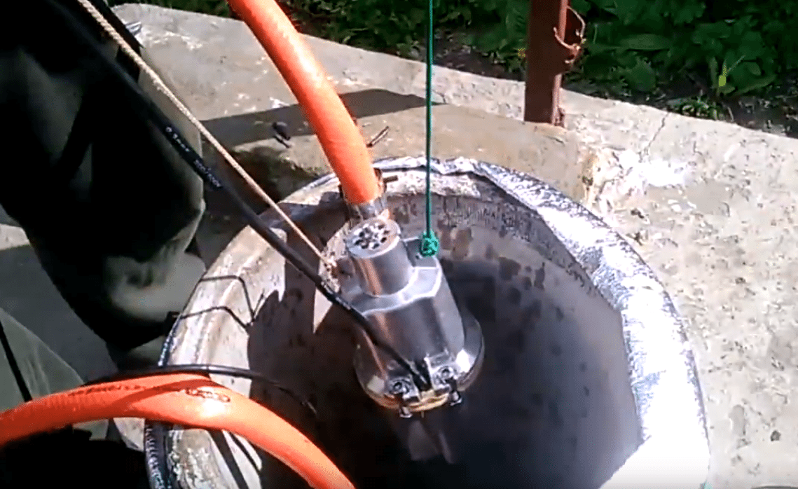 Установка насоса в колодец производится строго за трос.