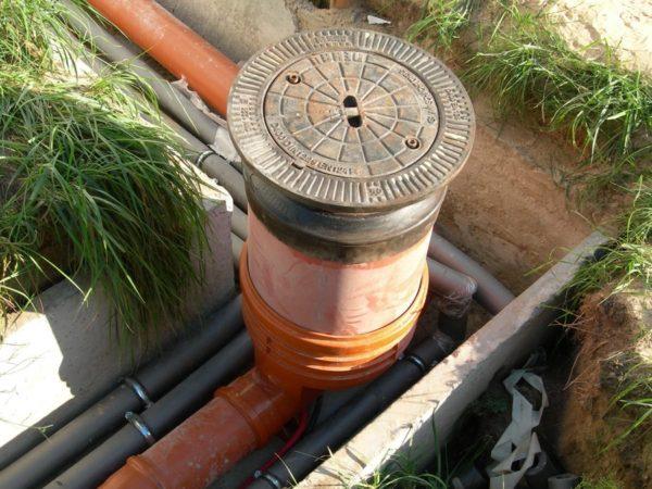 Установка смотровой конструкции в месте поворота труб