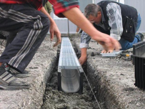 Установка водоотводных лотков не отличается высокой сложностью, нужно желание и простой набор инструментов