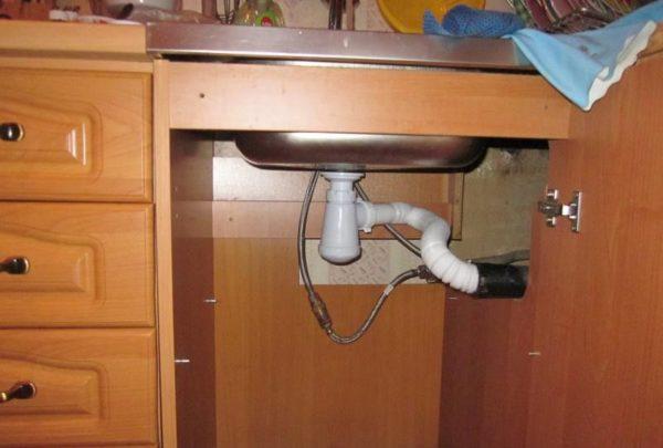 Установленный на кухонную мойку сифон