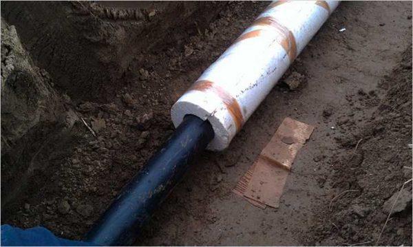 Утепляющий пенопластовый кокон на канализационной трубе.