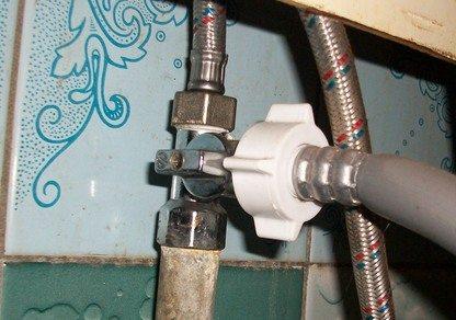 Узел подключение машинки к водопроводу под кухонной мойкой.