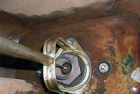 В качестве дополнительного груза использована чугунная радиаторная пробка.