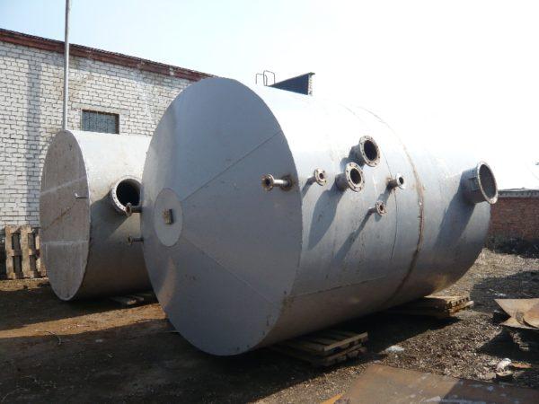 В качестве выгребной ямы можно приспособить старый металлический бак большого объема.