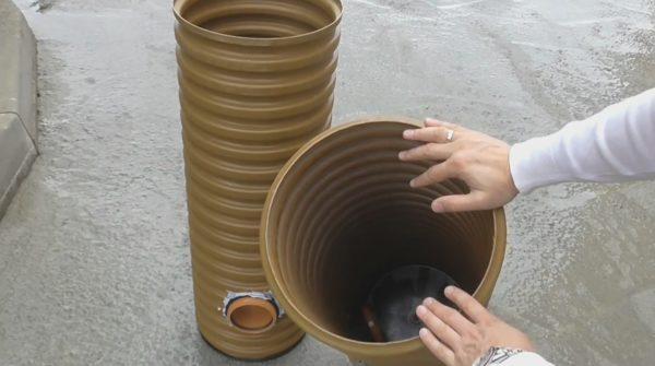 В нижней части накопительного водосборника устанавливается пластиковая герметичная крышка