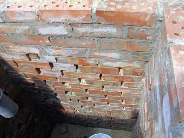 В стенках фильтрующего колодца между кирпичами должны быть небольшие зазоры.