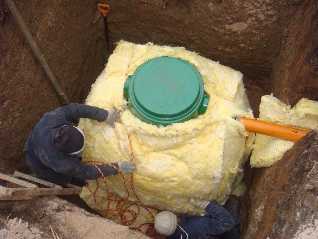 В холодных регионах автономную канализацию тщательно утепляют. Уж поверьте, делается это вовсе не от скуки
