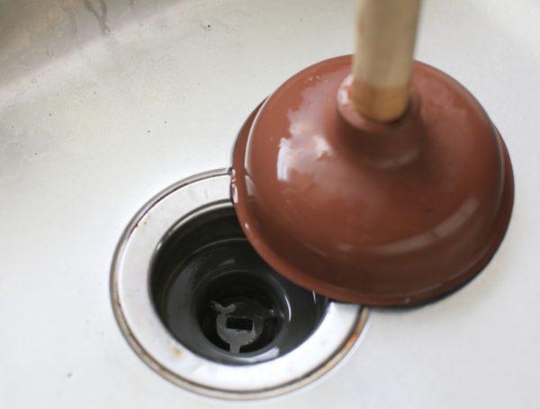 Вантуз поможет прочистить сифон от песка и мелкого мусора.