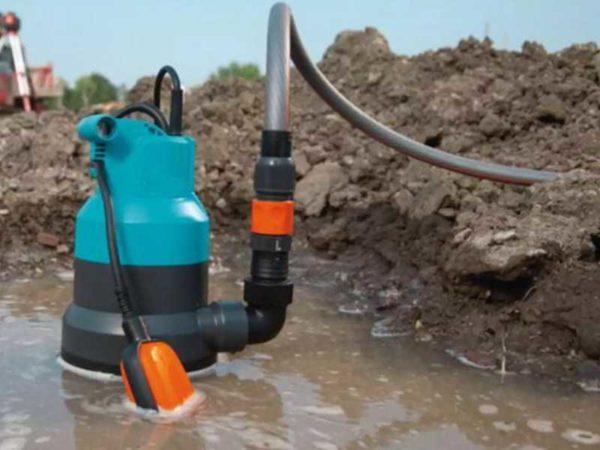 Вместе с водой насос неизбежно всосет грязь и песок.