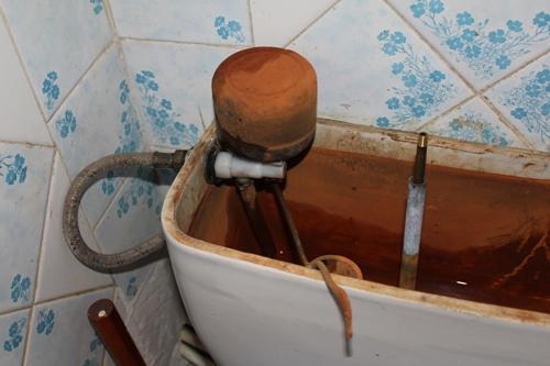 Вода не поступает в бачок из-за забитого заливного клапана.