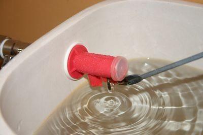 Вода непрерывно поступает в бачок и уходит в перелив.