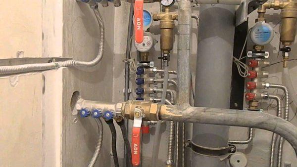 Водоснабжение разведено оцинковкой и гофрированной нержавеющей трубой.