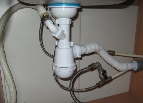 Вот так подключается сливной шланг посудомоечной машины к выводу на сифоне раковины