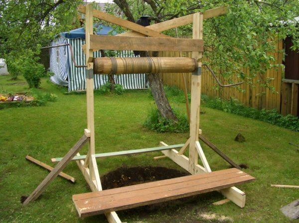 Временная деревянная рама с воротком для выборки грунта.