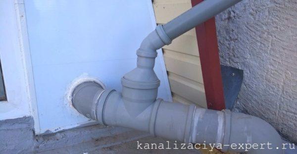 Врезка фановой трубы в вывод канализации мансардного этажа.