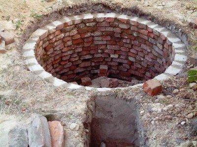 Выгребная яма обложенная кирпичом.