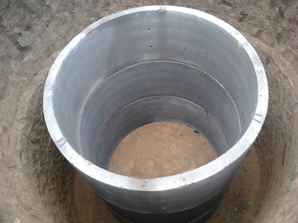 Выгребную яму можно сделать из бетонных колодезных колец.